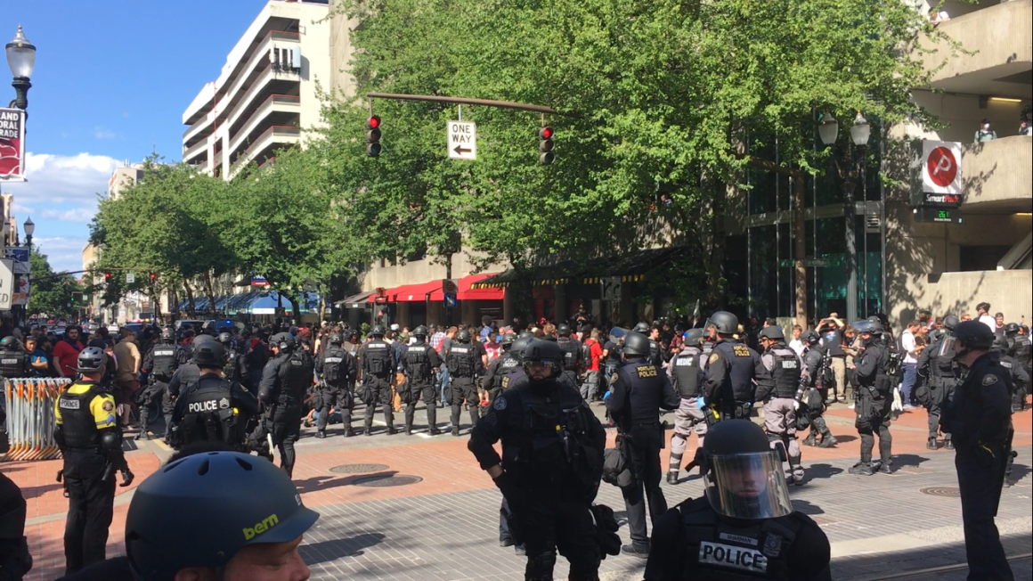 police kettle protesters on block in downtown Portland